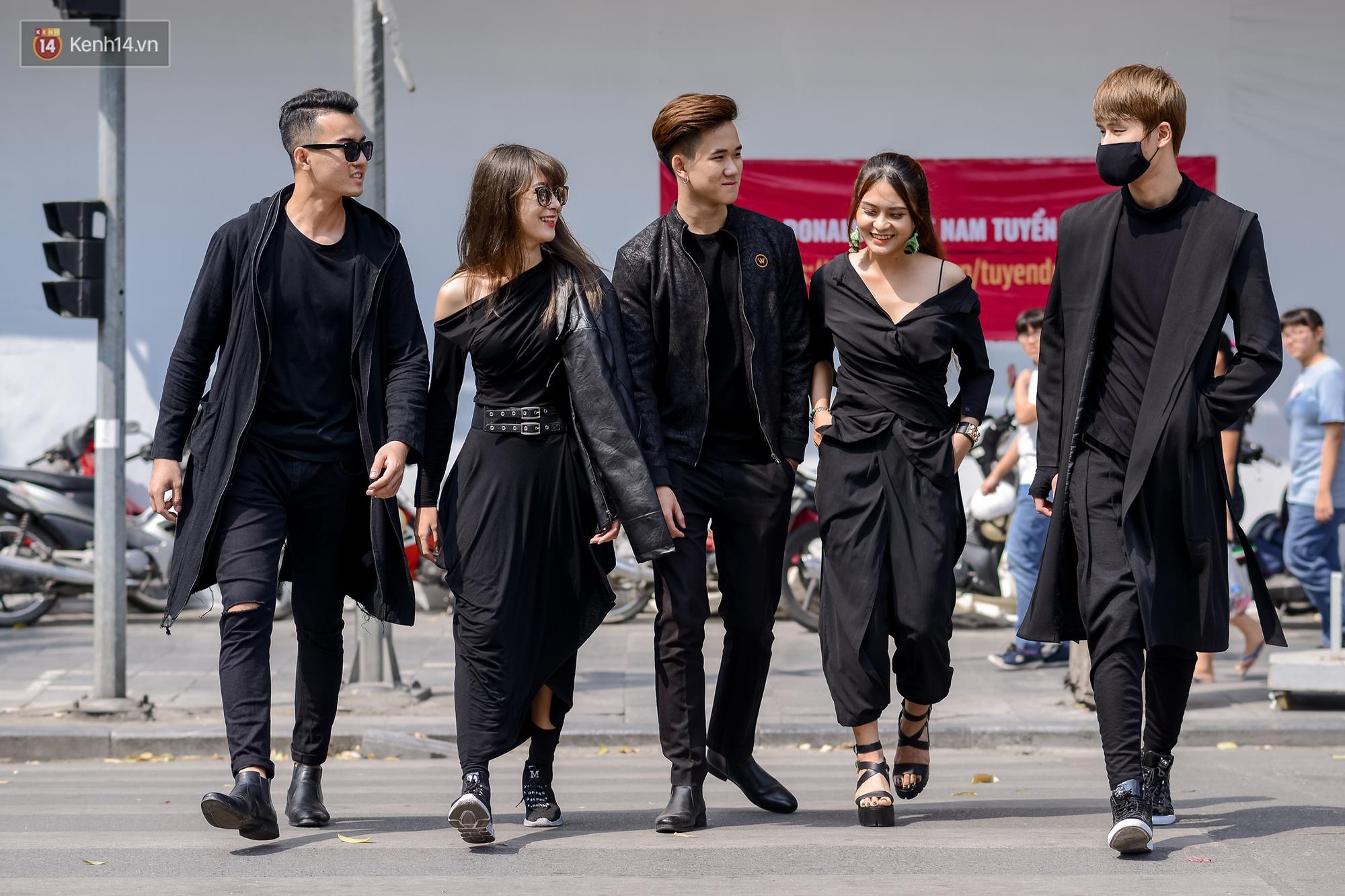 Street style ngày đầu VIFW: Giới trẻ Hà Nội ăn vận lồng lộn hơn hẳn năm trước, các nhóc tì mặc chất gây bão phố đi bộ - Ảnh 9.