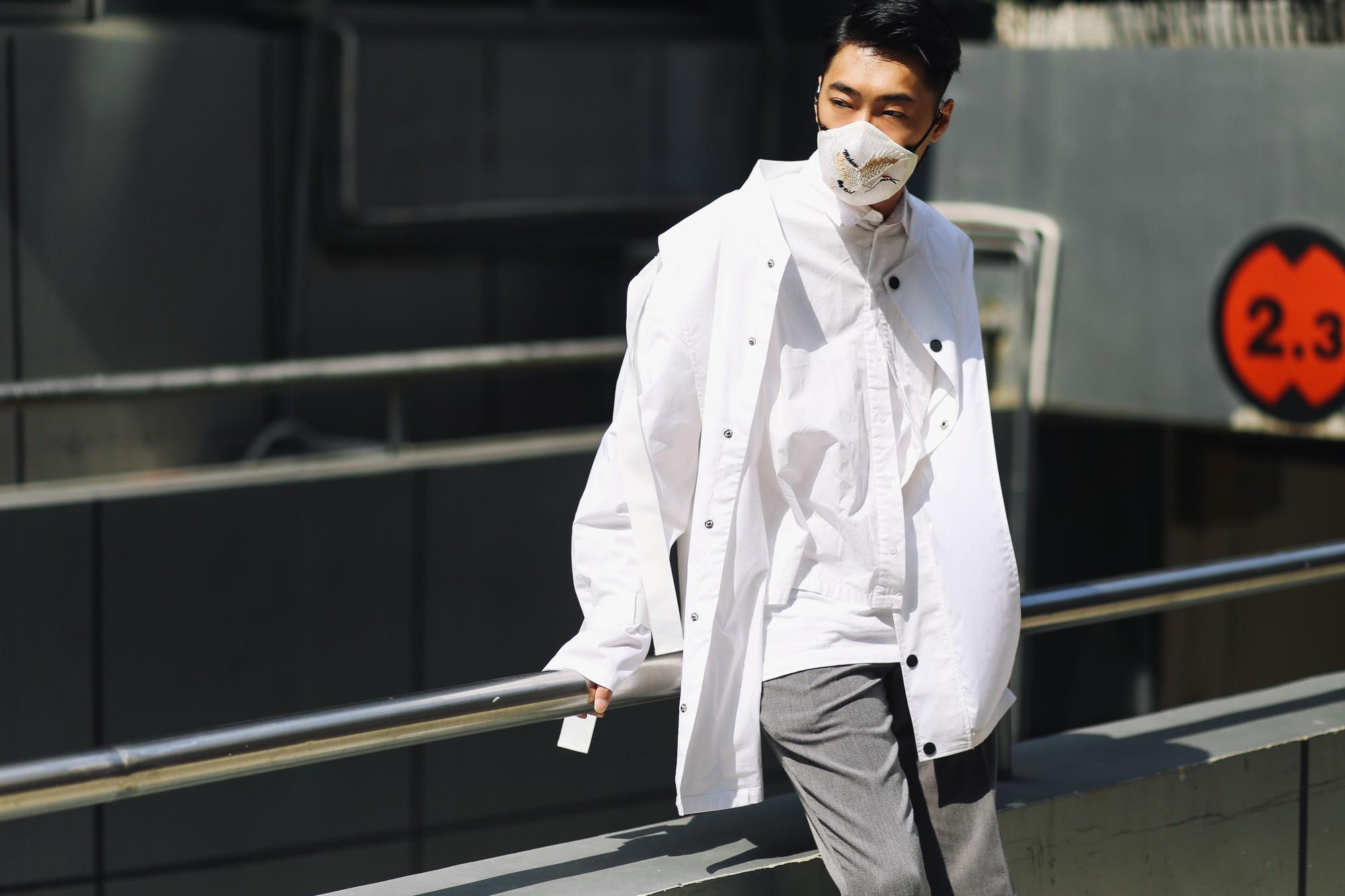 Giới trẻ châu Á đeo khẩu trang ngày một nhiều nhưng không phải để che bụi hay do bị cảm mà để trông... chất hơn - Ảnh 13.