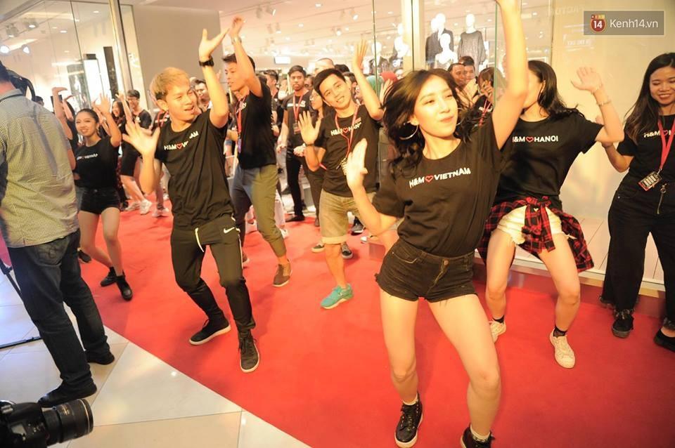 Dàn nhân viên H&M quẩy cực sung trong ngày khai trương tại Hà Nội - Ảnh 2.
