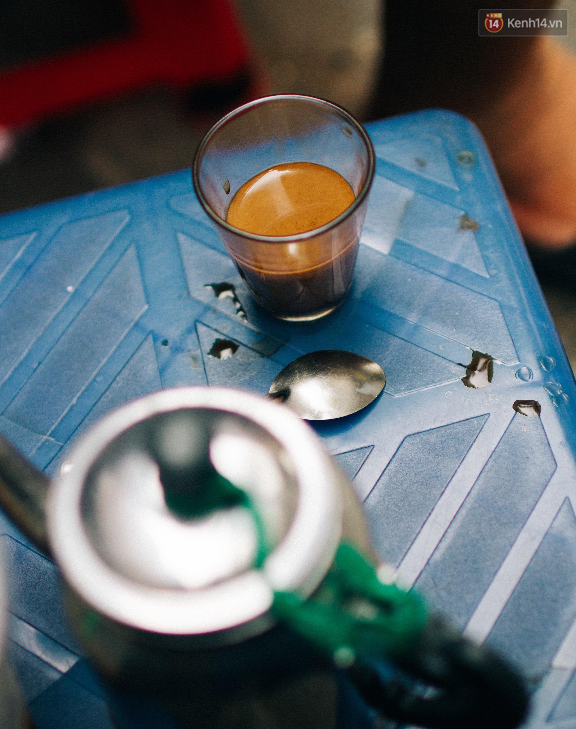 Chùm ảnh: Người Sài Gòn và thói quen uống cafe cóc từ lúc mặt trời chưa ló dạng cho đến chiều tà - Ảnh 10.