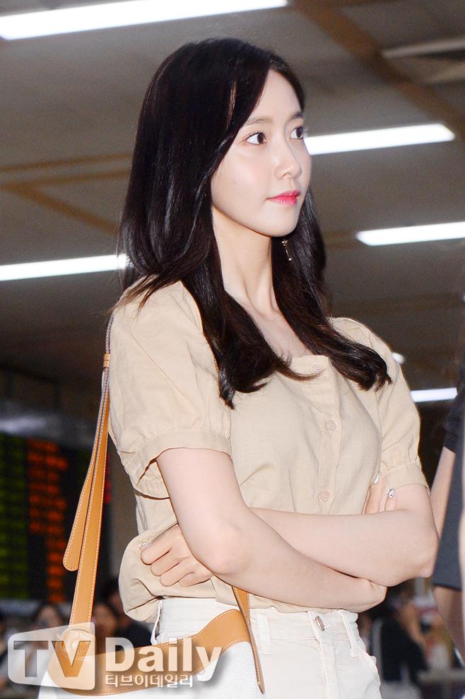 Cuộc chiến nhan sắc sân bay: SNSD có đủ sức đánh bại được chân dài đình đám Seolhyun (AOA)? - Ảnh 2.