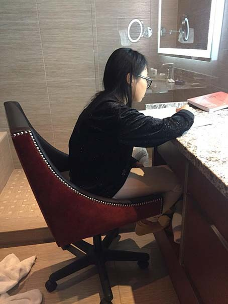 Bận bịu lưu diễn nước ngoài, Phương Mỹ Chi phải vào toilet ngồi học để theo kịp bạn bè - Ảnh 2.