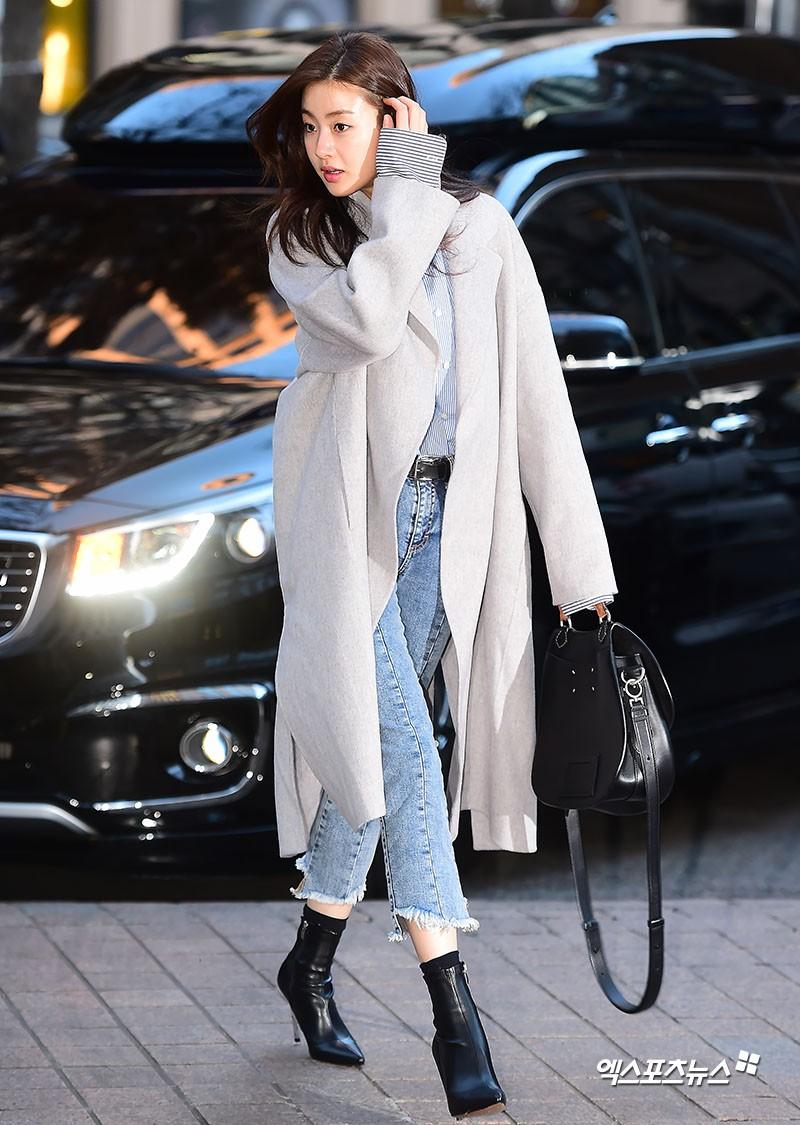 Nữ diễn viên Kang Sora khiến fan mát mắt với gu thời trang sành điệu và thân hình cân đối, đặc biệt là đôi chân dài miên man