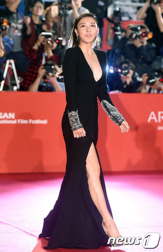 Nữ diễn viên vô danh diện váy hở bạo trở thành bà hoàng