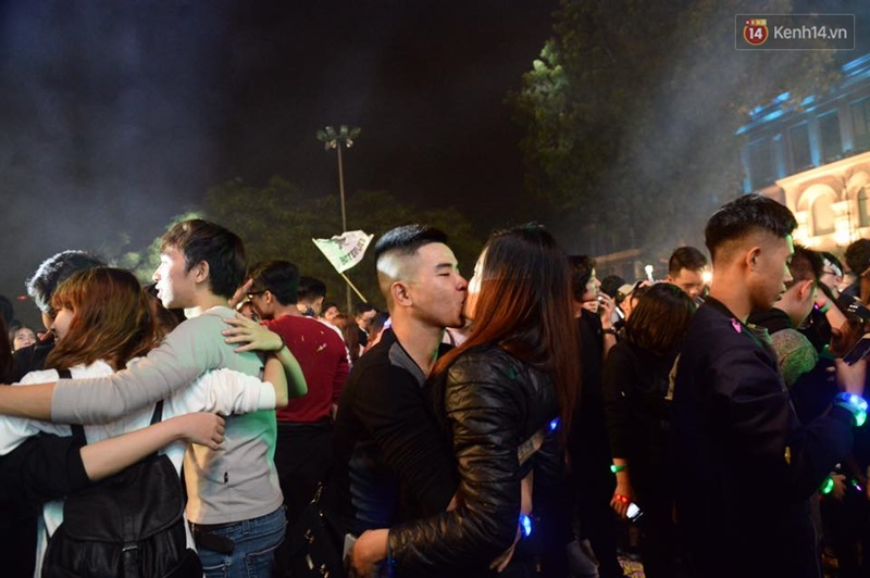 Chùm ảnh: Những nụ hôn rực rỡ trong đêm giao thừa đón năm mới 2017 - Ảnh 2.