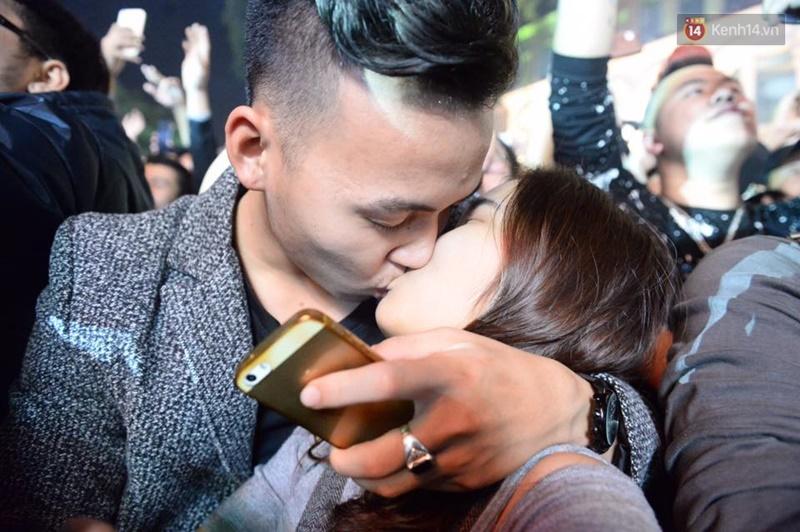Chùm ảnh: Những nụ hôn rực rỡ trong đêm giao thừa đón năm mới 2017 - Ảnh 3.