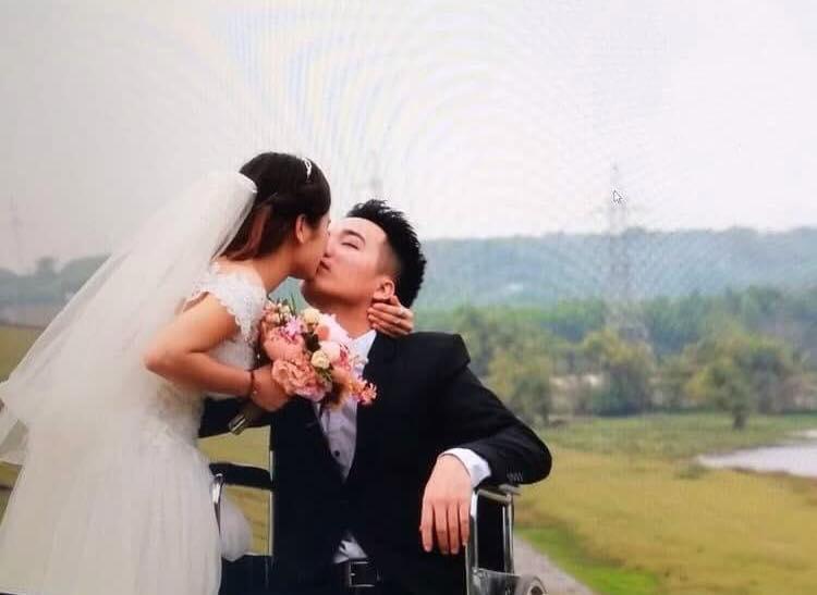 Cái kết có hậu cho tình yêu đầy sóng gió của chàng trai cụt chân và cô bạn gái xinh đẹp - Ảnh 2.