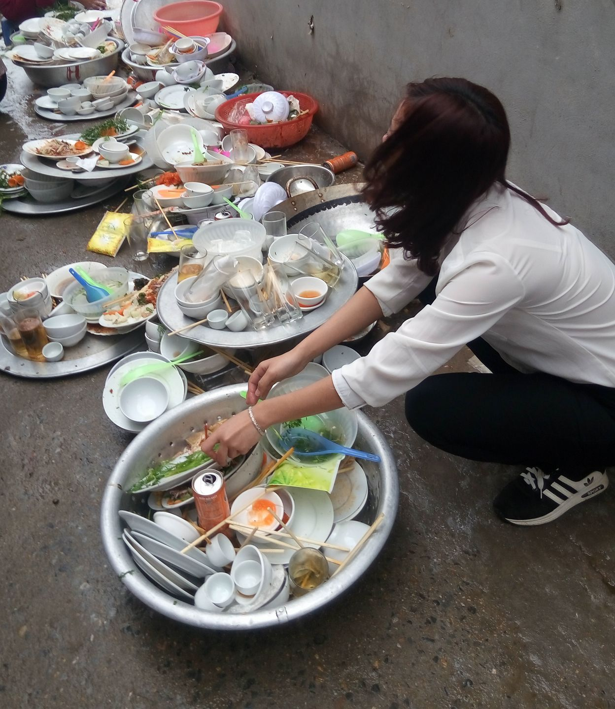Đi phụ đám cưới, cô gái lên mạng sống ảo than nhà người yêu bắt rửa cả núi bát đĩa - Ảnh 2.