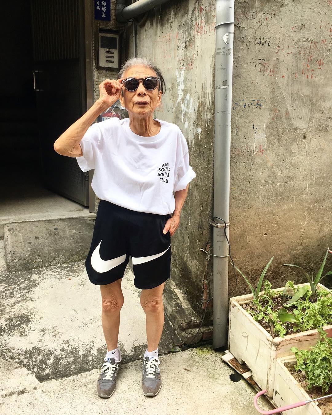 Chỉ 2 tuần sau khi xuất hiện trên Instagram, cụ bà 88 tuổi này đã trở thành hiện tượng thời trang xứ Đài - Ảnh 16.