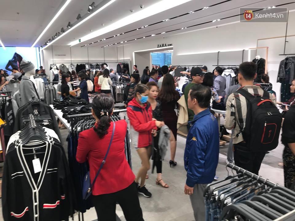 Zara Hà Nội khai trương: Tới trưa khách đông nghịt, ai cũng nô nức mua sắm như đi trẩy hội - Ảnh 24.