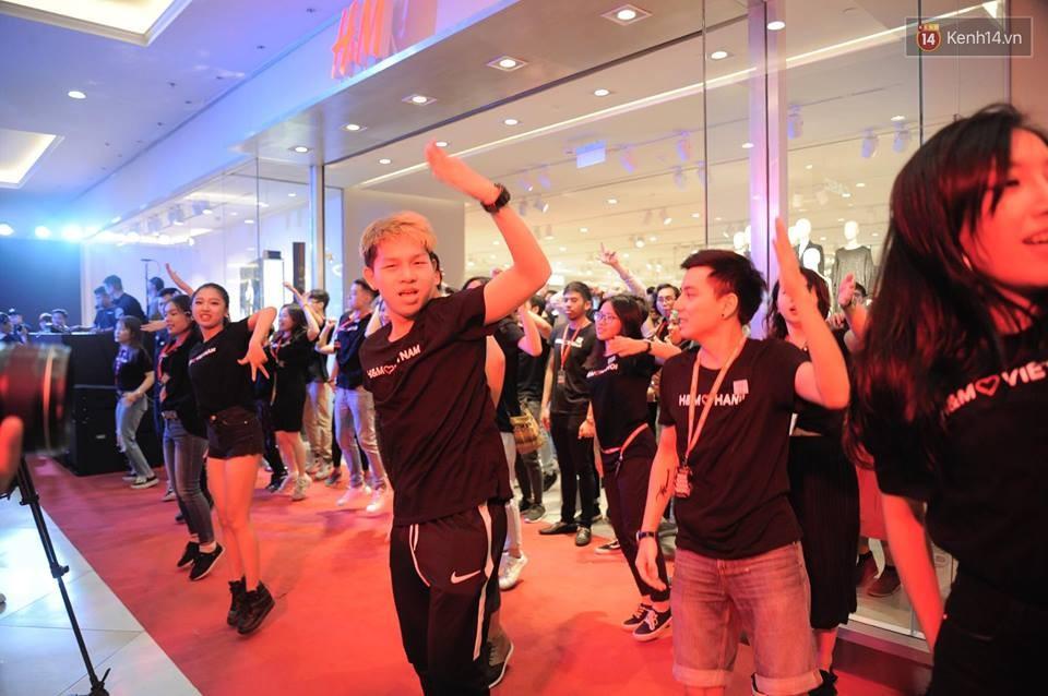 Dàn nhân viên H&M quẩy cực sung trong ngày khai trương tại Hà Nội - Ảnh 3.