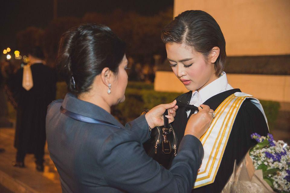 Nữ phóng viên Thái Lan đẹp hút mắt ở SEA Games 29 - Ảnh 5.