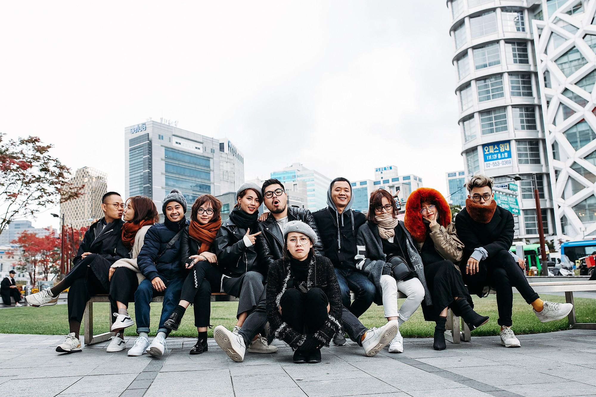 Du lịch: Nếu đang lên kế hoạch du lịch nhóm, nhất định phải tham khảo concept ăn mặc chất khỏi bàn của nhóm bạn trẻ này