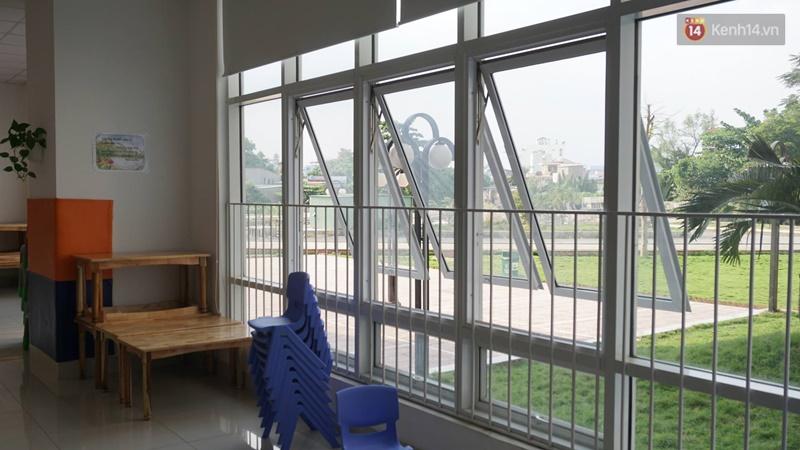 Vụ hiệu trưởng dốc ngược đầu trẻ ra cửa sổ: Tạm đình chỉ hoạt động của trường mầm non - Ảnh 1.
