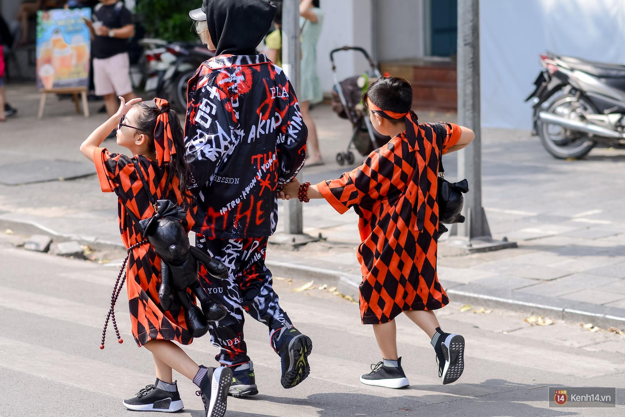 Street style ngày đầu VIFW: Giới trẻ Hà Nội ăn vận lồng lộn hơn hẳn năm trước, các nhóc tì mặc chất gây bão phố đi bộ - Ảnh 21.