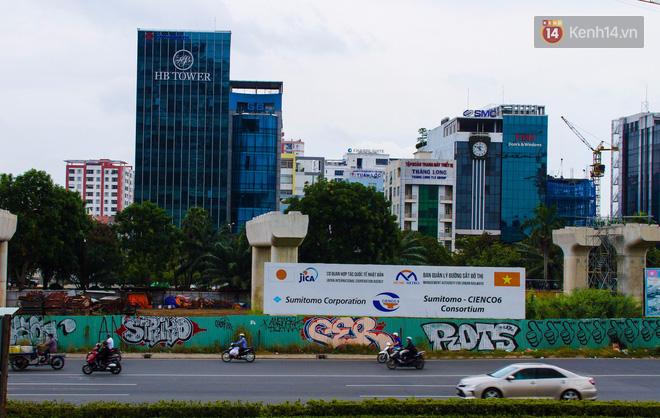 Khi graffiti nửa mùa xuất hiện tràn lan ở Sài Gòn: Đến cả những tấm pano rất đẹp cũng đã bị bôi bẩn - Ảnh 12.