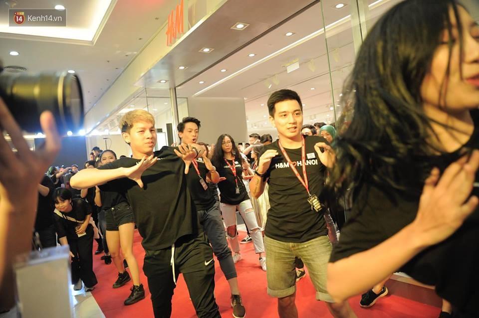 Dàn nhân viên H&M quẩy cực sung trong ngày khai trương tại Hà Nội - Ảnh 4.