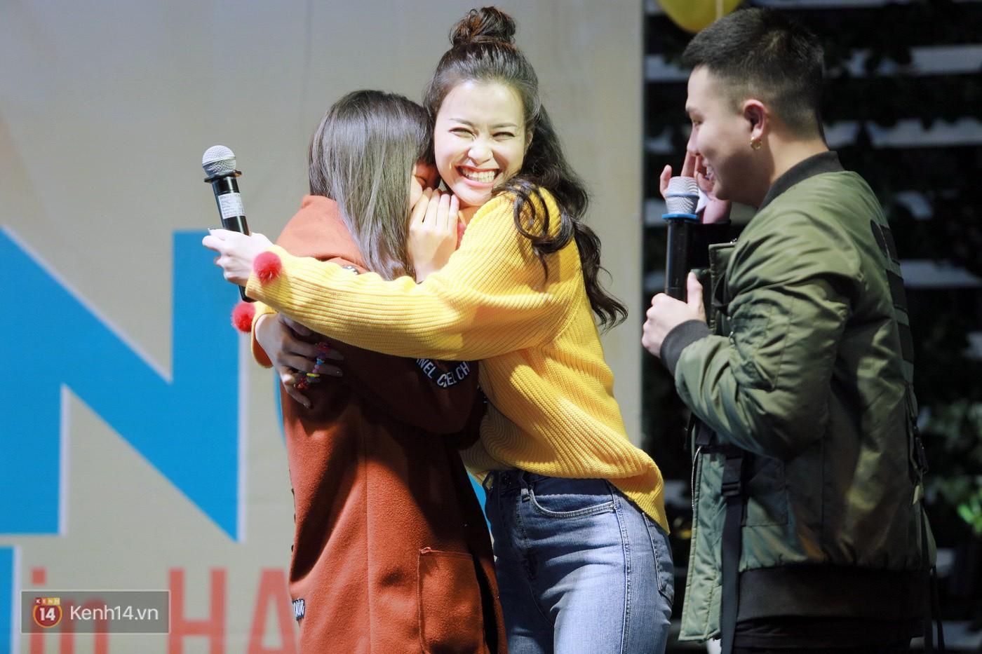 Đông Nhi nghẹn ngào rơi nước mắt trước tình cảm của fan Hà thành trong buổi fan-meeting - Ảnh 4.