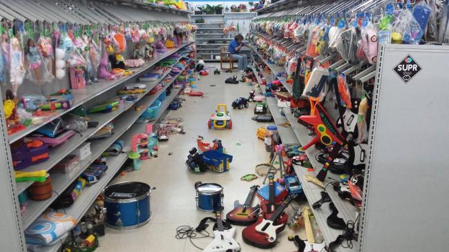 Nỗi khổ tâm của những ông bố, bà mẹ phải cho con đi shopping cùng - Ảnh 29.
