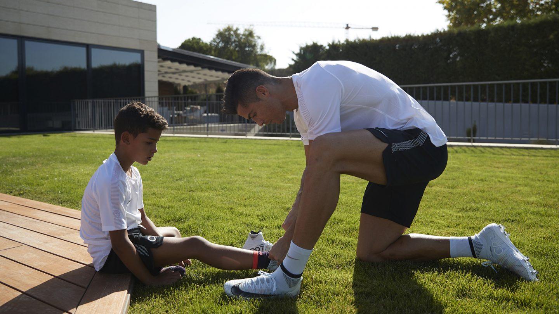 Ronaldo và 2 khoảnh khắc ý nghĩa nhất cuộc đời: được mẹ ủng hộ và nắm tay con trai như nhà vô địch - Ảnh 4.