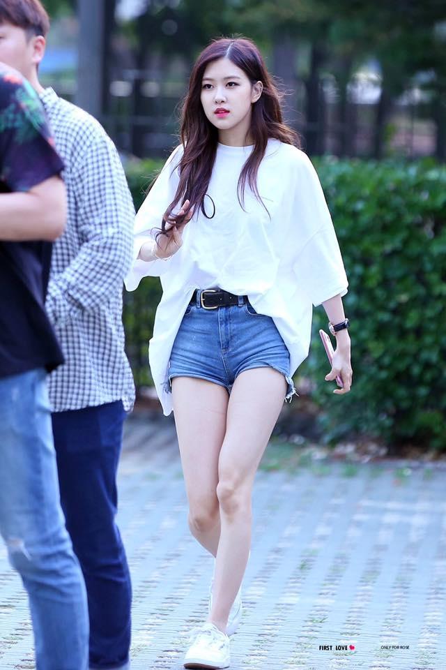 Hai cô nàng xinh đẹp và hát hay nhưng lại tự ti của YG và SM - Ảnh 1.