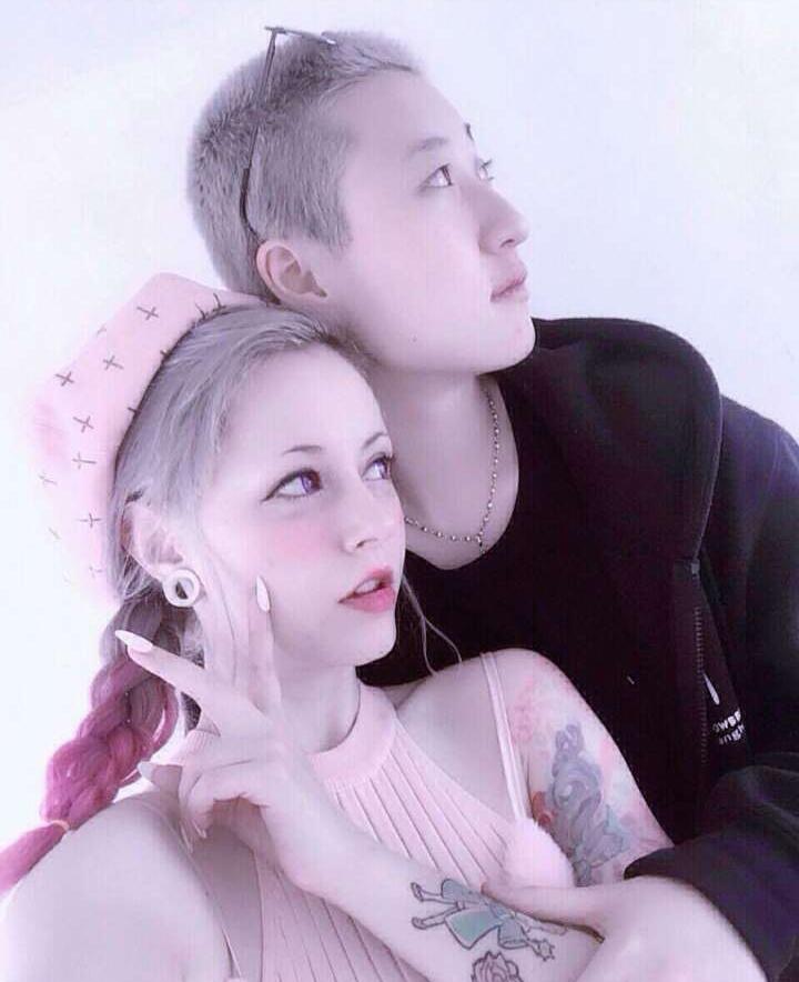 Sau khi công khai đồng tính, con của Thành Long chia sẻ hình ảnh tình tứ bên bạn gái 30 tuổi - Ảnh 1.