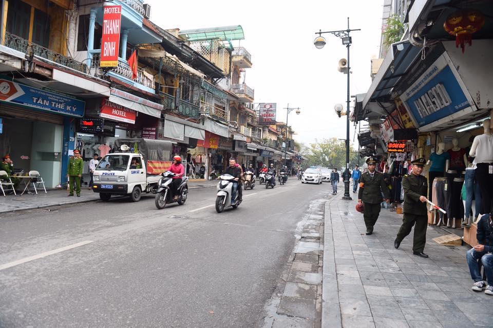 Chùm ảnh: Trung tâm quận Hoàn Kiếm đồng loạt ra quân giữ trật tự vỉa hè phố cổ - Ảnh 3.