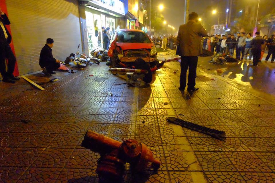Hà Nội: Dừng mua hoa 8/3 bị ô tô điên tông hàng loạt, 7 người bị thương - Ảnh 1.