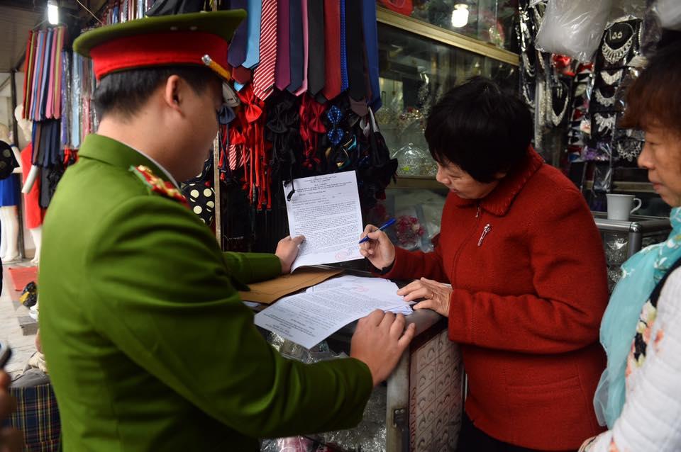 Chùm ảnh: Trung tâm quận Hoàn Kiếm đồng loạt ra quân giữ trật tự vỉa hè phố cổ - Ảnh 4.