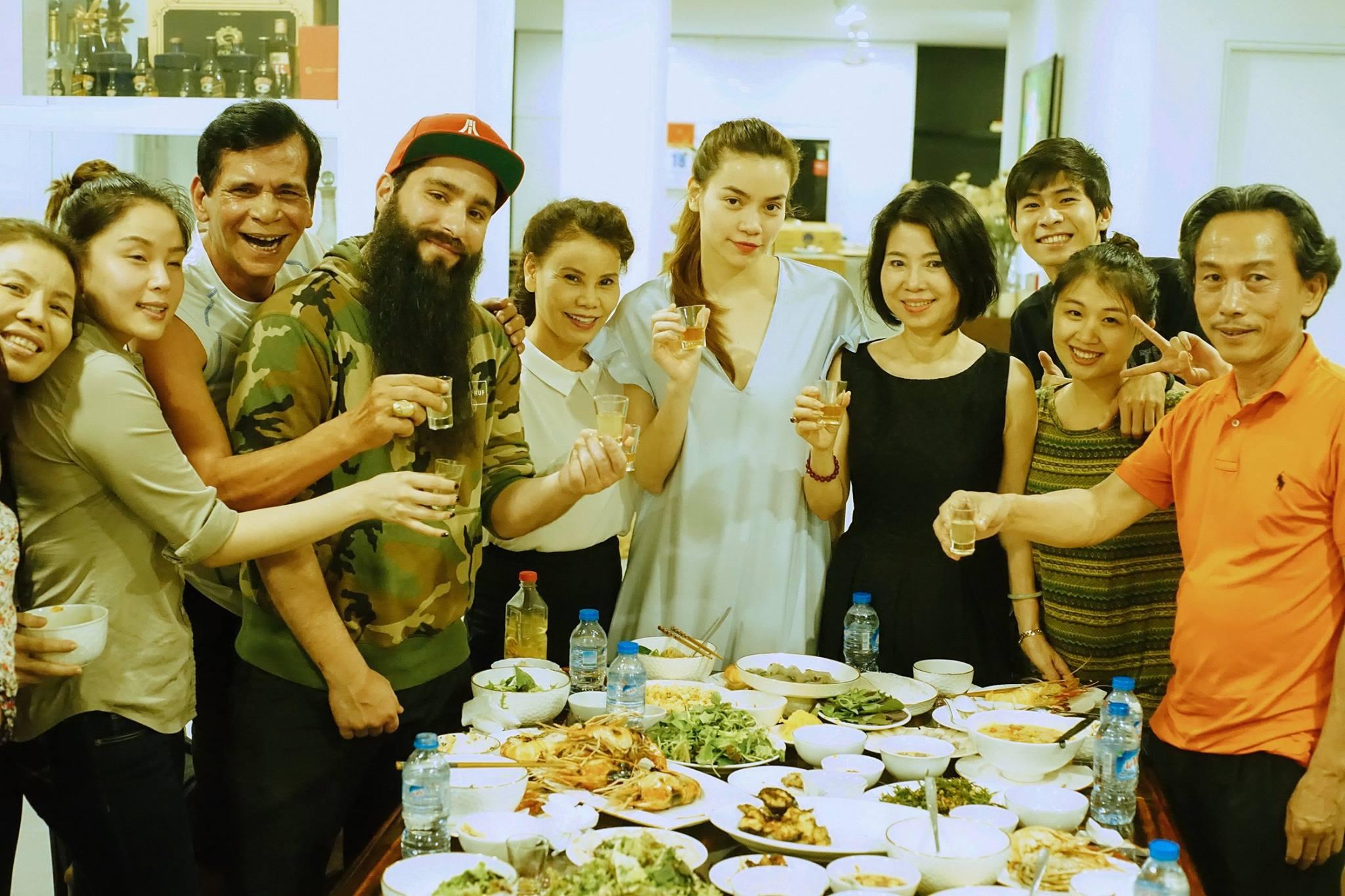 Hà Hồ mời đạo diễn Kong: Skull Island dùng cơm tối thân mật với gia đình - Ảnh 1.