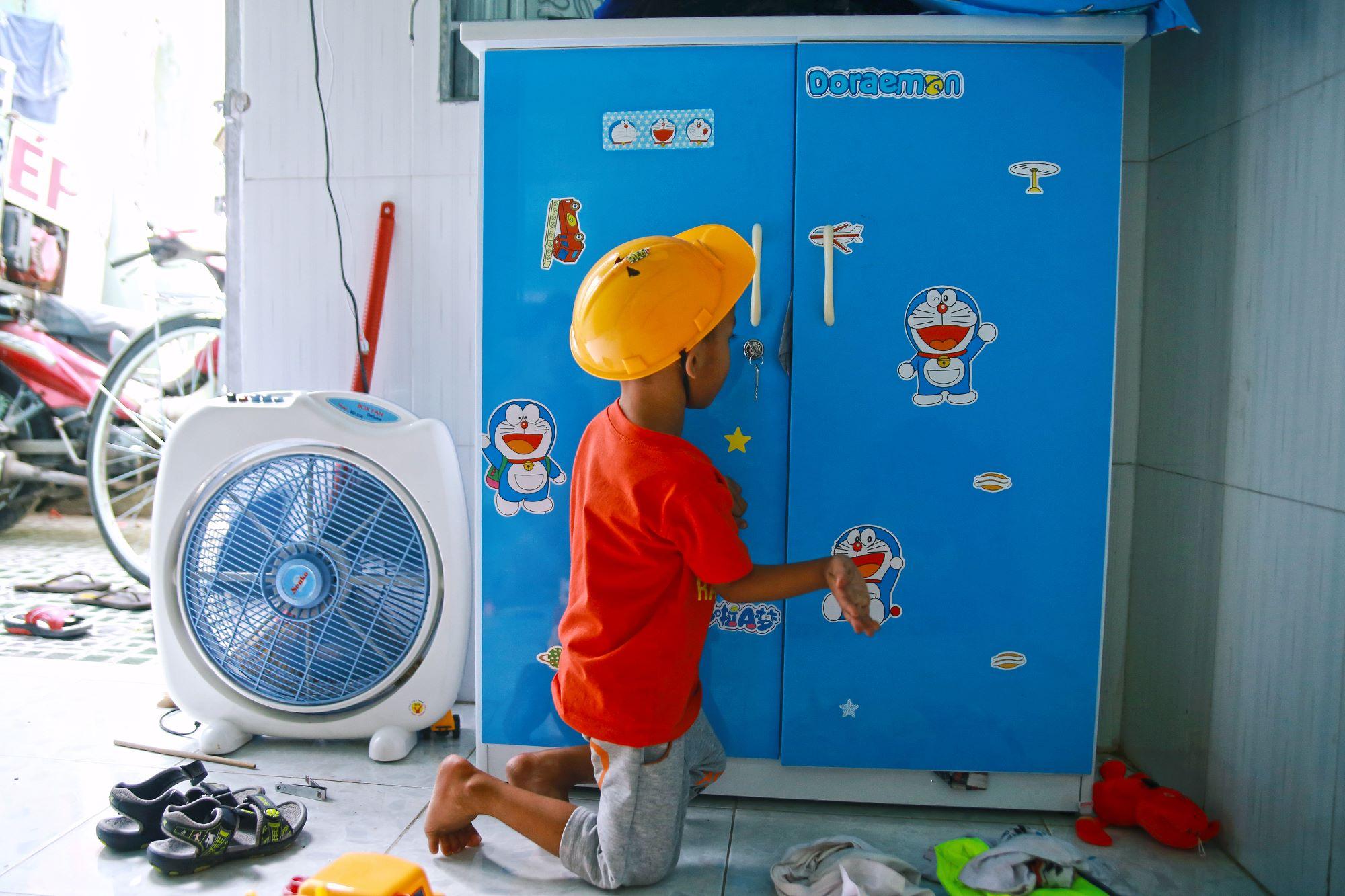 Chuyện về chiếc tủ màu xanh chứa đầy kho báu của cậu nhóc ve chai Thành Đạt - Ảnh 2.
