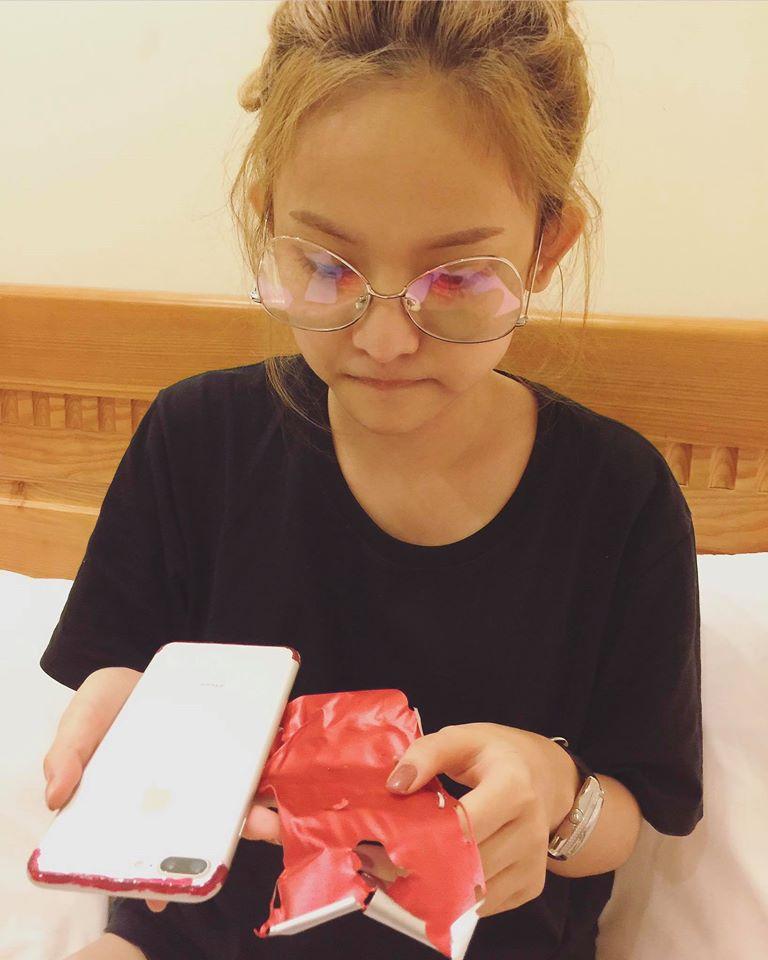 Muốn có iPhone đỏ, Thuý Vi dùng sơn móng tay và giấy dán màu để... làm mới điện thoại - Ảnh 5.