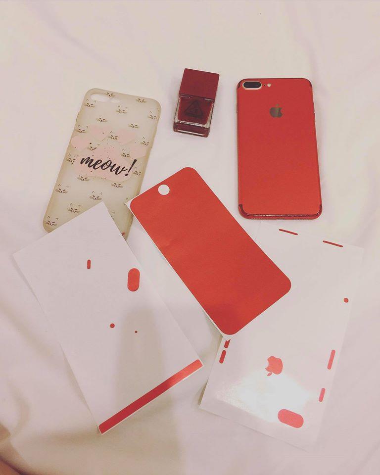 Muốn có iPhone đỏ, Thuý Vi dùng sơn móng tay và giấy dán màu để... làm mới điện thoại - Ảnh 2.