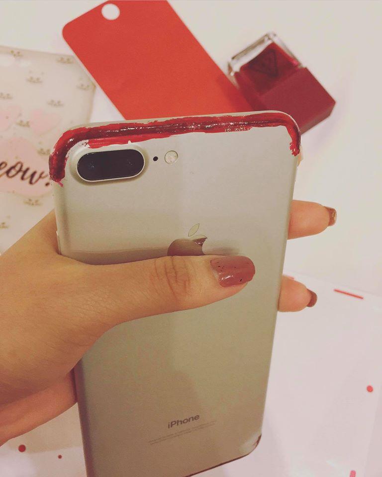 Muốn có iPhone đỏ, Thuý Vi dùng sơn móng tay và giấy dán màu để... làm mới điện thoại - Ảnh 4.