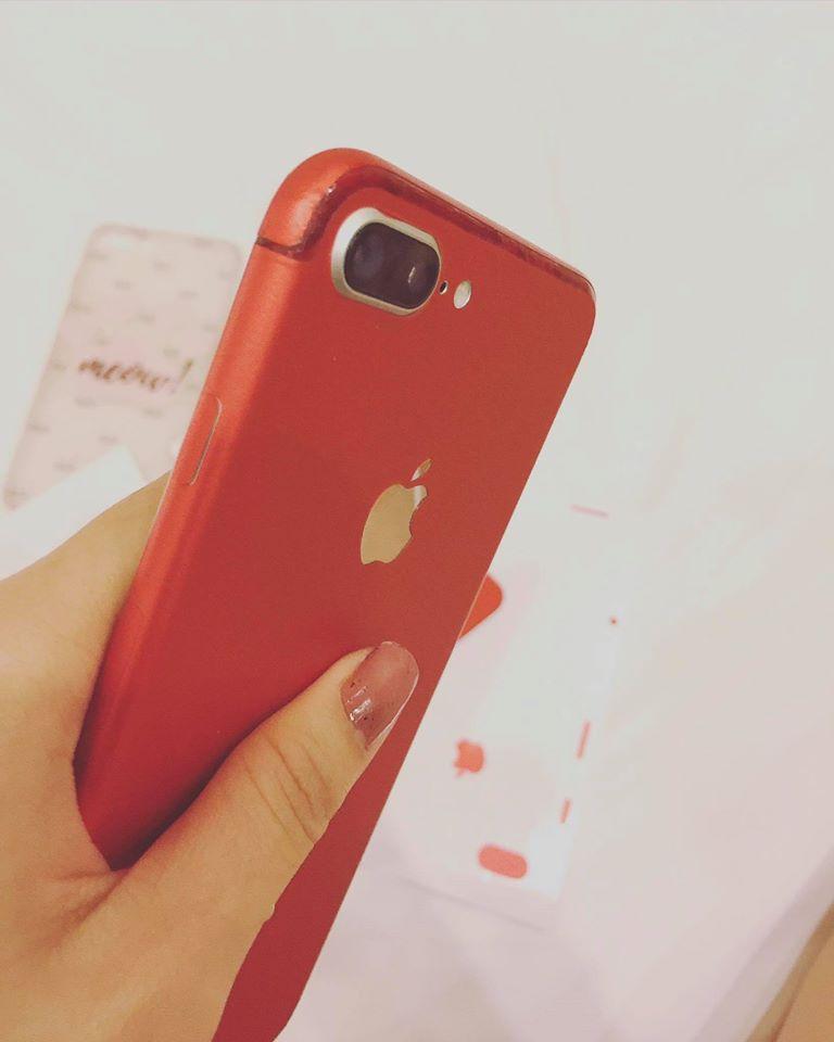 Muốn có iPhone đỏ, Thuý Vi dùng sơn móng tay và giấy dán màu để... làm mới điện thoại - Ảnh 3.