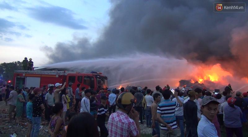 20 xe cứu hỏa cùng hàng trăm chiến sĩ chữa cháy suốt 3 giờ tại công ty sản xuất keo nhựa ở Long An - Ảnh 3.