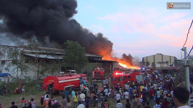 20 xe cứu hỏa cùng hàng trăm chiến sĩ chữa cháy suốt 3 giờ tại công ty sản xuất keo nhựa ở Long An - Ảnh 4.