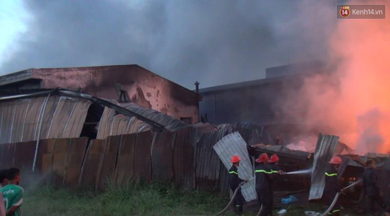 20 xe cứu hỏa cùng hàng trăm chiến sĩ chữa cháy suốt 3 giờ tại công ty sản xuất keo nhựa ở Long An - Ảnh 5.