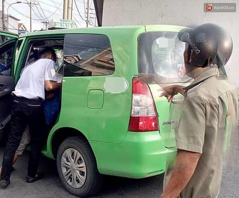 Tiểu bậy vào xe taxi, người đàn ông bị 2 tài xế đánh nhập viện ở Sài Gòn - Ảnh 1.