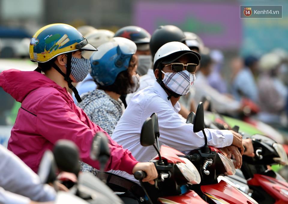 Chùm ảnh: Thật khó tin, mới đầu tháng 4, người Hà Nội đã vật vã vì nắng nóng gần 40 độ C - Ảnh 6.