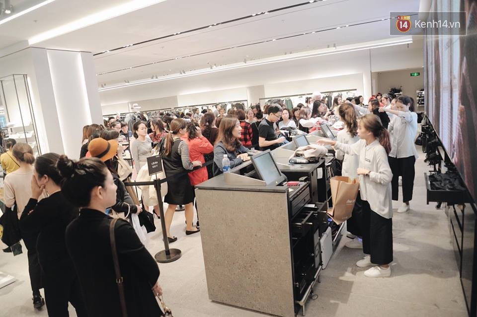 Zara Hà Nội khai trương: Tới trưa khách đông nghịt, ai cũng nô nức mua sắm như đi trẩy hội - Ảnh 4.