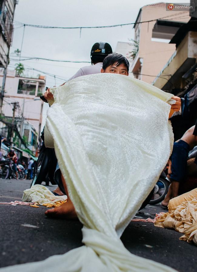 Chùm ảnh: Ghé thăm chợ Soái Kình Lâm - thiên đường vải vóc lâu đời và nhộn nhịp nhất ở Sài Gòn - Ảnh 13.