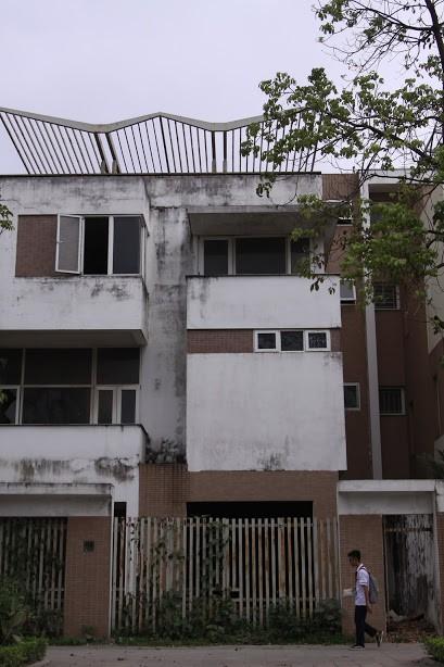Nhiều kim tiêm dính máu bị vứt tràn lan trong khu biệt thự tiền tỷ ở Hà Nội - Ảnh 7.