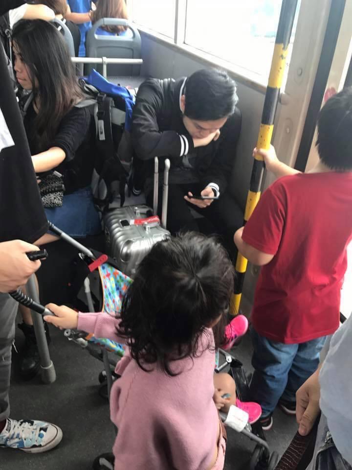 Mặc trẻ em đứng ngay trước mặt, Quang Vinh gây tranh cãi khi vẫn thản nhiên ngồi ghế - Ảnh 3.