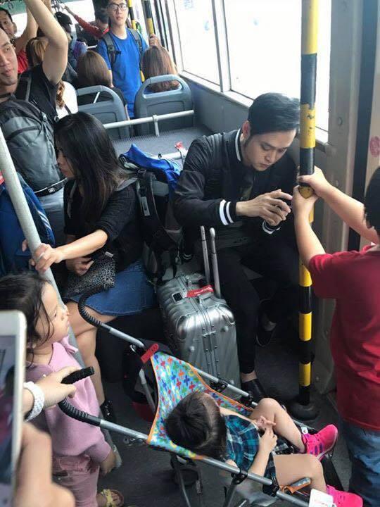 Mặc trẻ em đứng ngay trước mặt, Quang Vinh gây tranh cãi khi vẫn thản nhiên ngồi ghế - Ảnh 2.