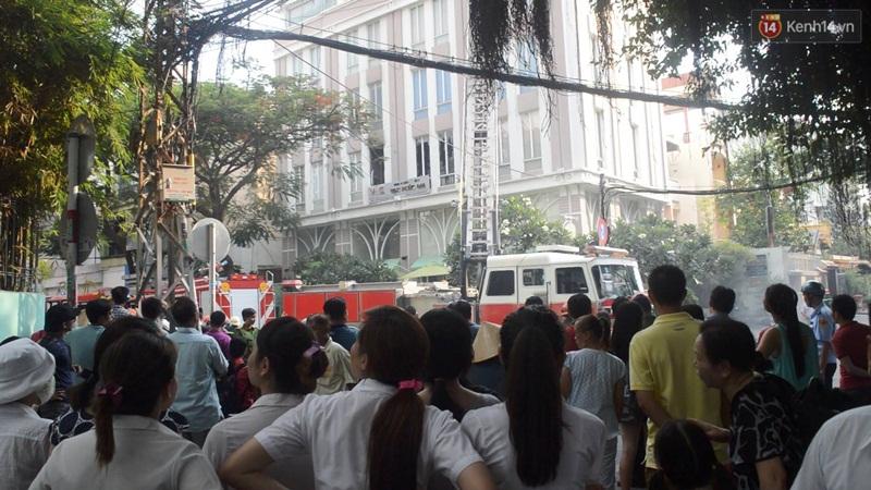 Giải cứu 15 người mắc kẹt trong đám cháy ở trung tâm Sài Gòn - Ảnh 3.