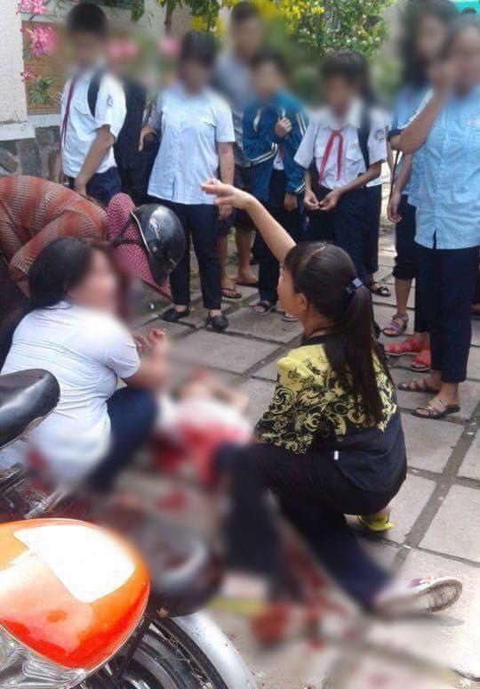 Bị đánh hội đồng, nữ sinh lớp 6 ở Sài Gòn rút hung khí đâm loạn xạ khiến nhiều học sinh bị thương - Ảnh 1.