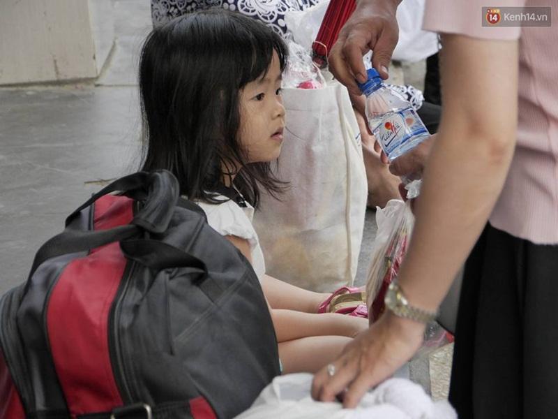 Kết thúc 4 ngày nghỉ lễ, người dân lỉnh kỉnh đồ đạc quay lại Hà Nội và Sài Gòn - Ảnh 12.