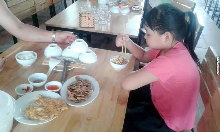 Đọc mà rơi nước mắt: Chuyện bố đưa con gái đi nghỉ lễ, xách theo mỳ tôm với rau cải để ăn trưa - Ảnh 1.
