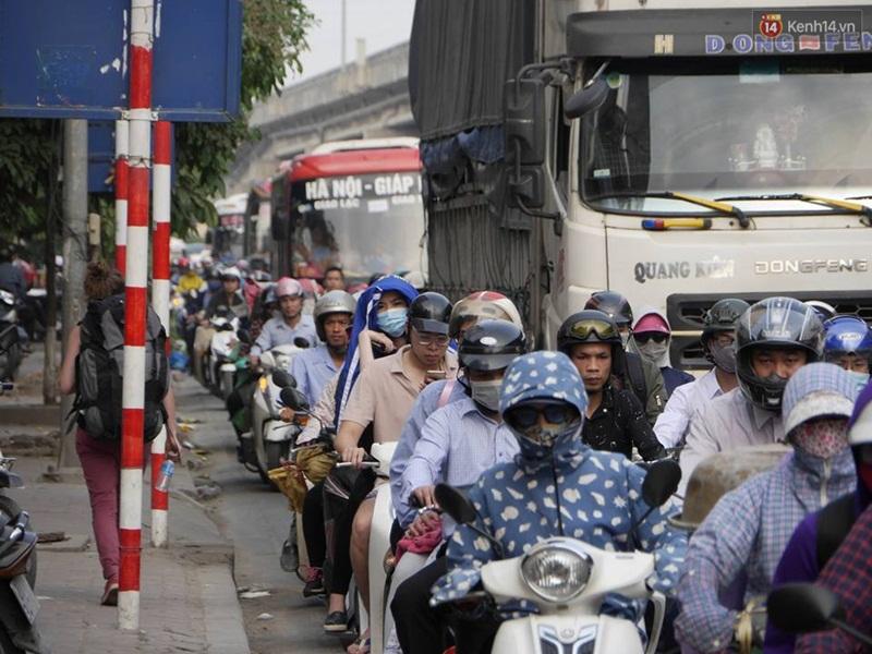 Kết thúc 4 ngày nghỉ lễ, người dân lỉnh kỉnh đồ đạc quay lại Hà Nội và Sài Gòn - Ảnh 16.
